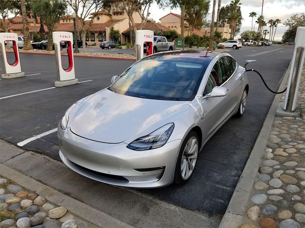Imagen de un Tesla Model 3 en un Supercharger