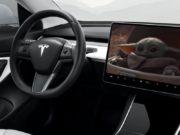 Foto del interior de un Tesla Model 3 viendo Disney+