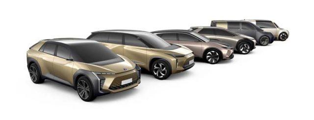 vehiculos-electricos-toyota-en-fila