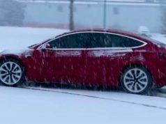Tesla Model 3 bajo el hielo y frío