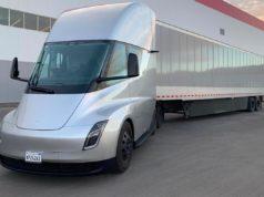 Foto donde aparece el Tesla Semi, un camión 100% eléctrico