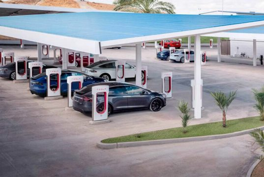 Todos los Superchargers de Tesla usarán energía 100% renovable en 2021
