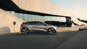 Renault-Megane-eVision_lateral-cargando