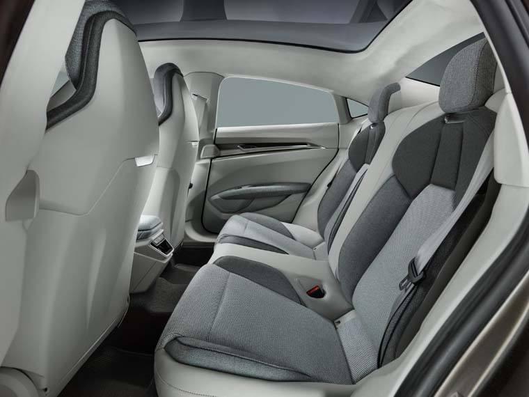 Audi-GT_e-tron-Concept_gris-luces-interior-interior-asientos