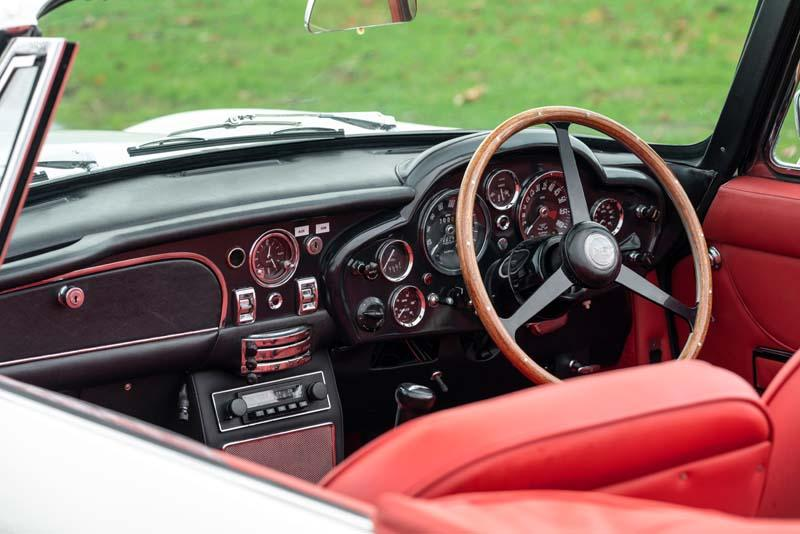 Aston_Martin_Heritage_EV-concept-interior-rojo-parte_delantera
