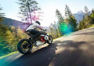BMW-Motorrad-Vision-DC Roadster_movimiento-trasera