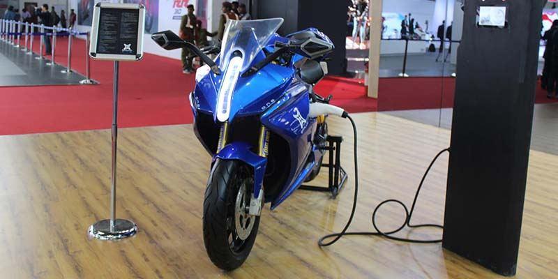Emflux-one-motocicleta-electrica-expuesta-frontal-cargando