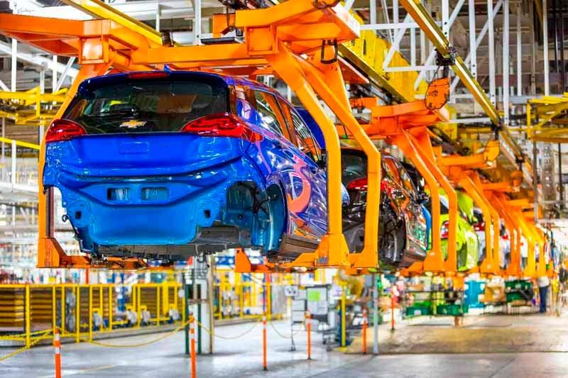 Fabrica-GM-Chevrolet-Bolt-EV-coche-azul