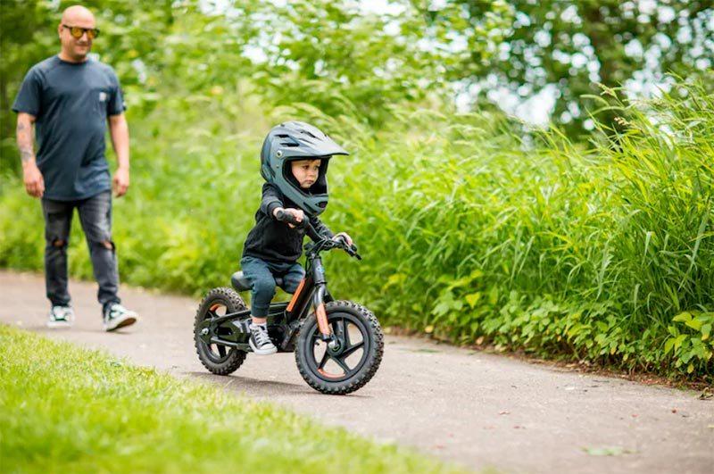 Uso de la bicicleta eléctrica de Harley Davidson, IRONe12 para niños