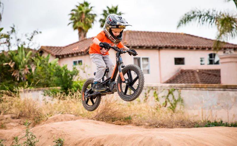 Niño usando la bicicleta eléctrica IRONe16 de Harley Davidson