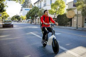 Karmic-OSLO-bicicleta-scooter-patinete-electrico-movimiento-tesla-model-3