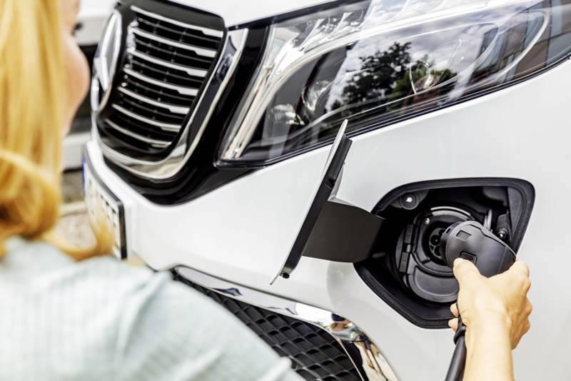 Mercedes-Benz-EQV-puerto-carga