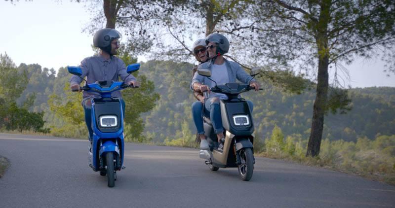 NEXT-NX1-scooter-electrica-dos-colores-tres-ocupantes