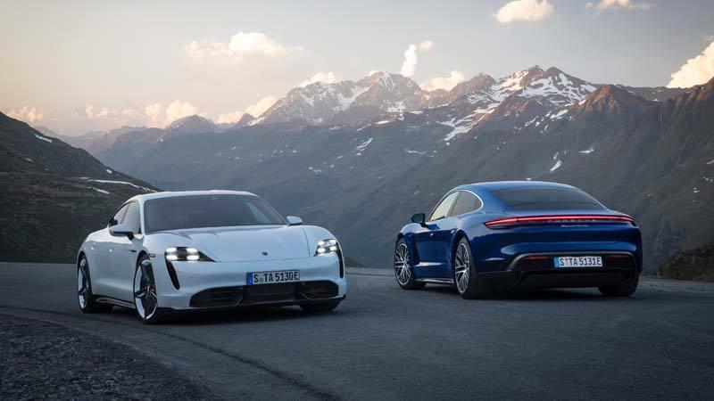 Foto de un Porsche Taycan blanco y azul