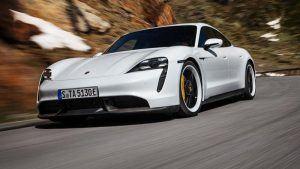 Foto de un Porsche Taycan blanco por la carretera