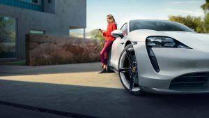 Porsche Taycan con una chica