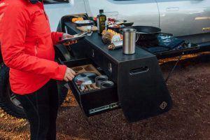 Rivian-camioneta-electrica-version-camper-acampada-compartimentos2