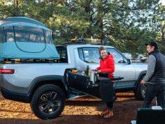 Rivian-camioneta-electrica-version-camper-acampada-tienda-campana