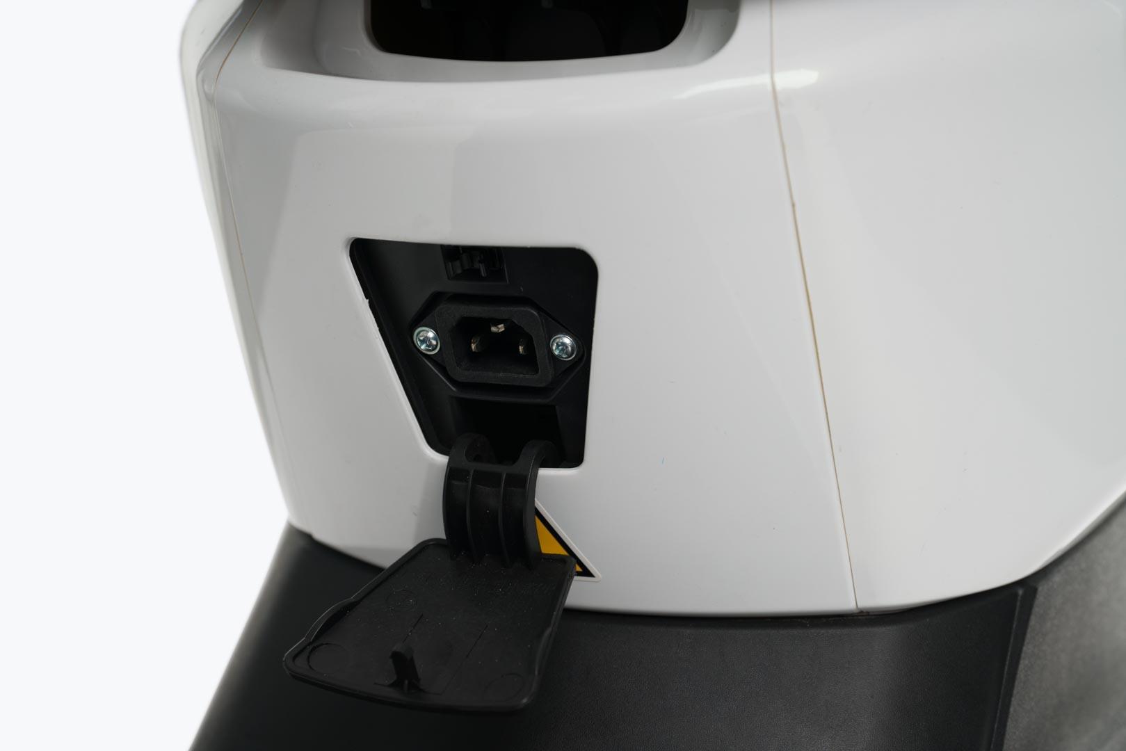 Scooter-electrica_NEXT-NX1_color-blanco-conector-carga