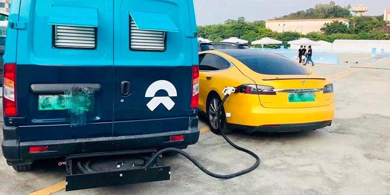 Tesla-ModelS-cargando_en-furgoneta-NIO