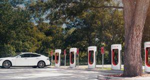Imagen de unos Superchargers de Tesla con un Tesla Model S cargando