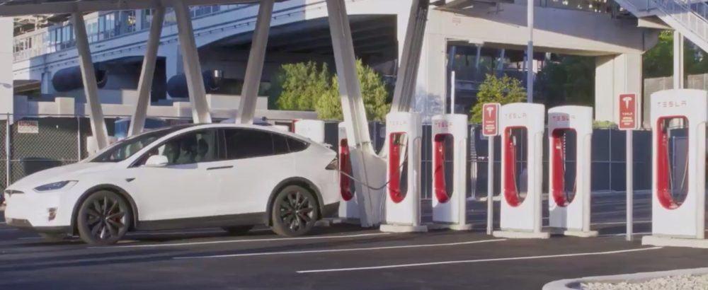 Tesla-supercharger-v3-powerpacks-energia-solar-las-vegas_model-x-cargando