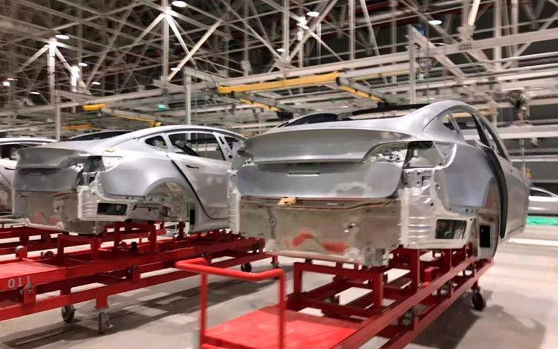 Chasis y estructura del Tesla Model 3 en la Gigafactory 3 de China