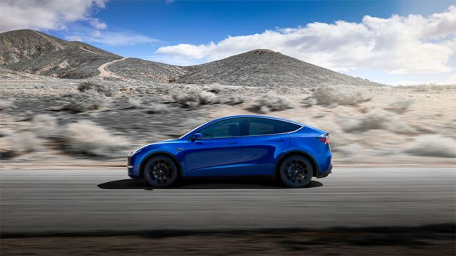 Foto lateral del Tesla Model Y de color azul