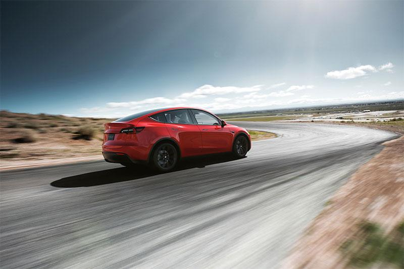 Foto del Tesla Model Y de color rojo