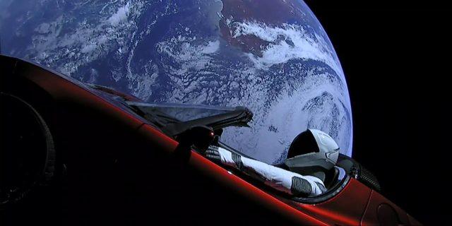 Imagen del Tesla Roadster pilotado por Starman y enviado al espacio por Space X