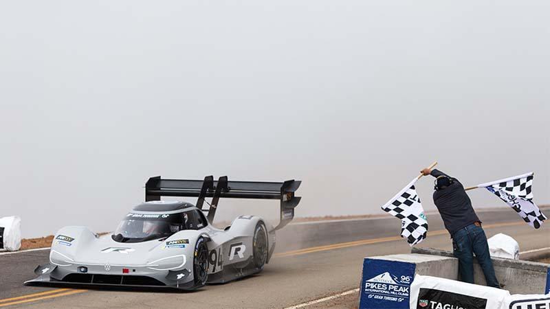Volkswagen I.D. R pasando por meta en el circuito de Pikes Peak