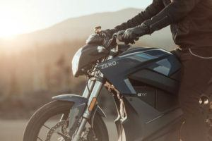 Zero-Motorcycles-S-2020-lateral-frontal-piloto
