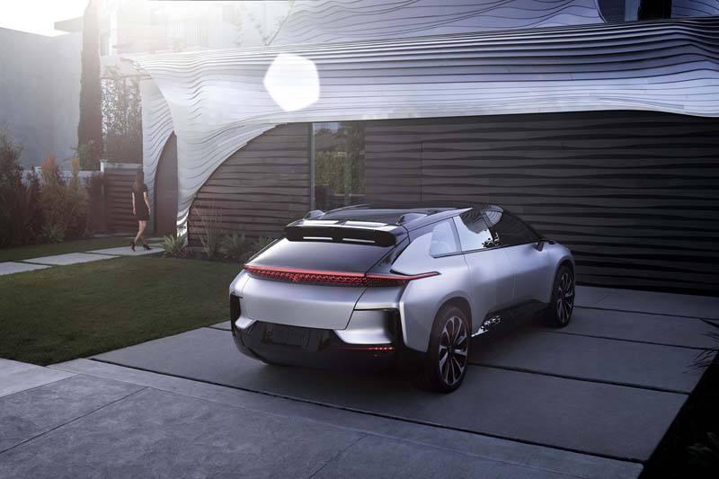 ff91-coche-electrico-SUV-faraday_trasera-casa