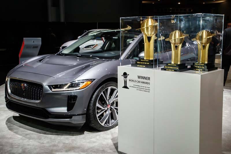 jaguar-i_pace-trplete-premios-2019-con-vehiculo-color-gris-fondo