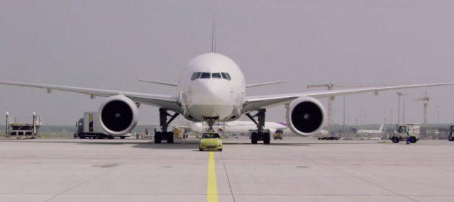 mini-electric-remolcando-boeing-777F