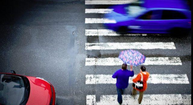 paso-peatones-coches-peatones-cruzando