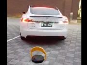 tesla-barreras-abatibles-nueva-version-mejorada-superchargers-evitar-coches-combustion