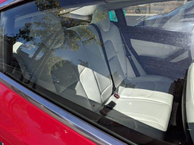 Imagen del Tesla Model 3 con el interior en blanco